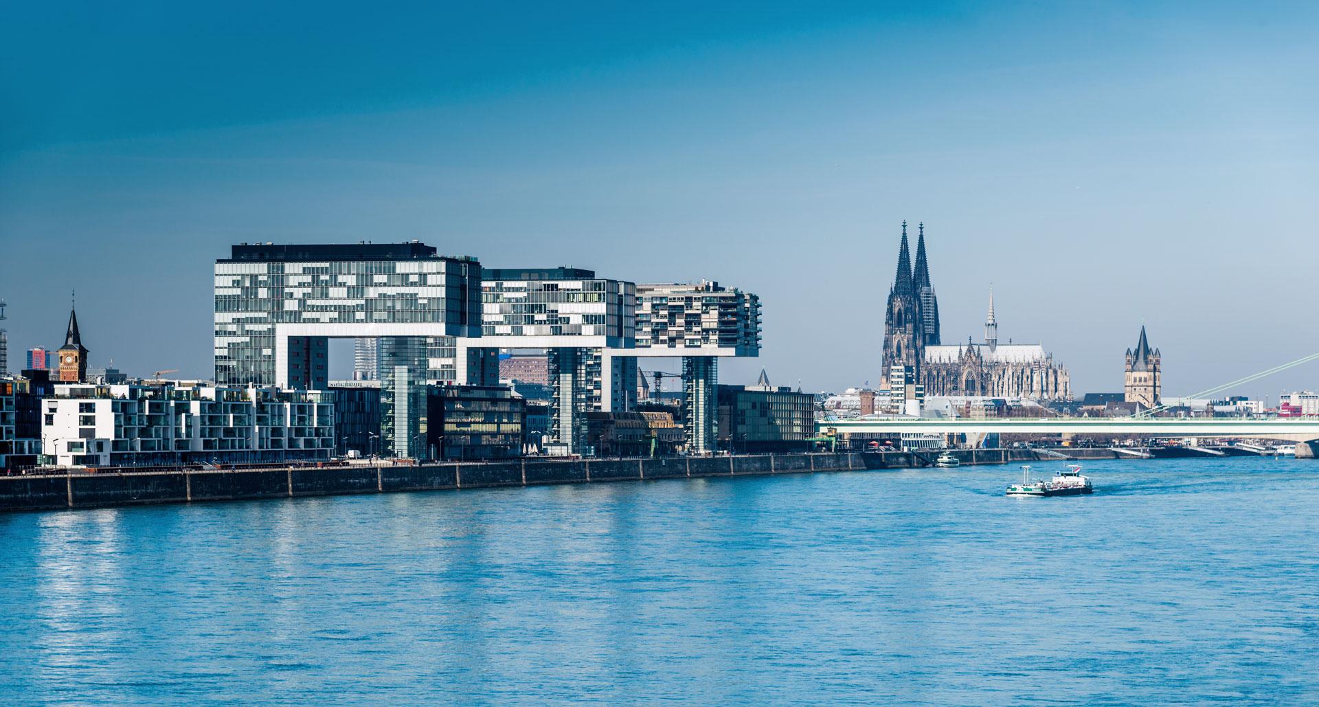 Blick auf den Rheinauuhafen und Kölner Dom