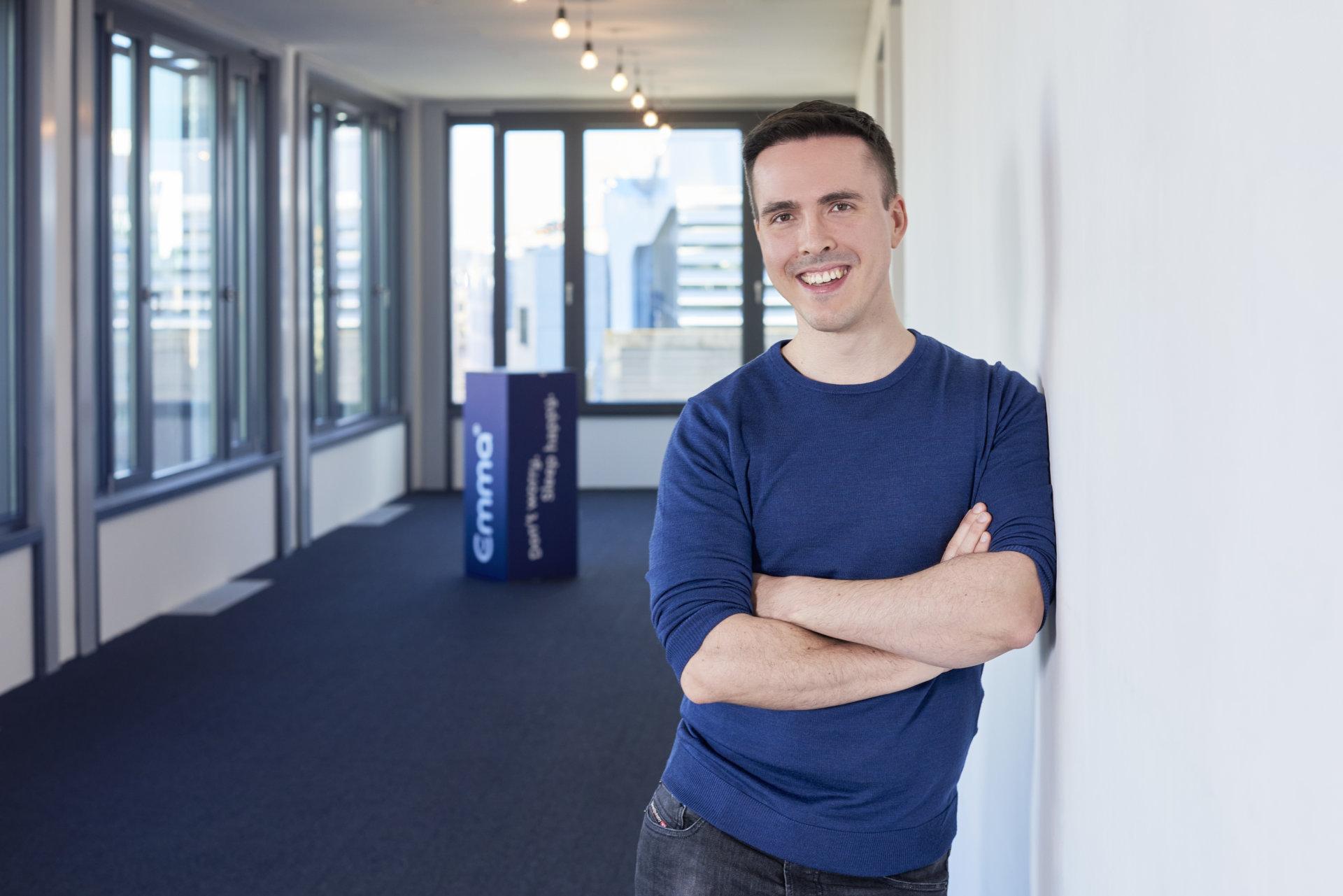 Dr. Dennis Schmoltzi, CEO und Gründer von Emma, The Sleep Company im Büro