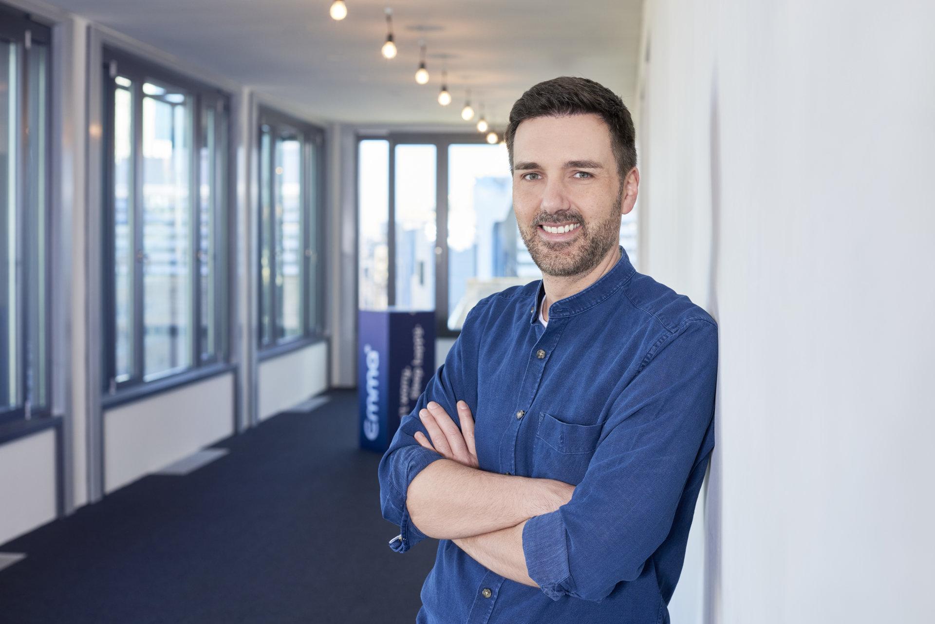 Porträt von Manuel Mueller, CEO und Founder von Emma, The Sleep Company im Büro