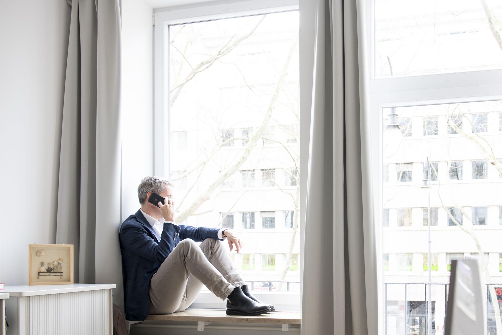 Stephan Schubert im Büro am Telefon